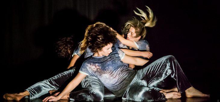Scena dla tańca dla Grupy Wokół Centrum