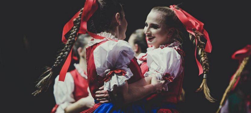 """Zespół Pieśni i Tańca NOWA HUTA w widowisku plenerowym """"Nowa Huta"""" Teatru KTO – Noc Teatrów 2019"""