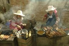 Stoisko na targu w Shengcun (Yunnan 2014) podpisane